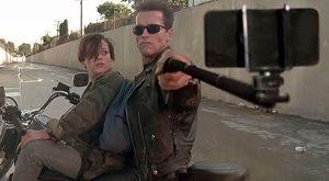 Персонажей из кинофильмов вооружили селфи-палками.