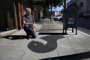 Художник использует тень, отбрасываемую  уличными предметами  и персонажи, рожденные его воображением.