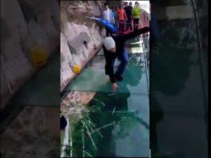 Звук треснувшего стекла на мосту в Китае
