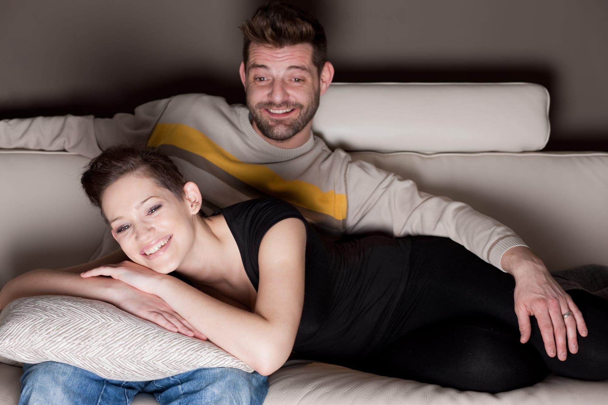мужик с бабой на диване нашего замужества прошло