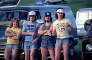 Какие шорты предпочитали носить мужчины в 1970-х годах.